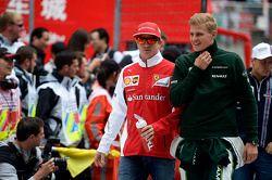 Kimi Raikkonen, Ferrari y Marcus Ericsson, Caterham en el desfile de pilotos