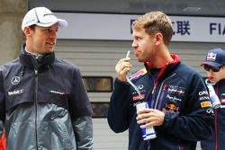 Jenson Button, McLaren y Sebastian Vettel, Red Bull Racing en el desfile de pilotos