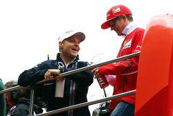 Valtteri Bottas, Williams y Kimi Raikkonen, Ferrari en el desfile de pilotos