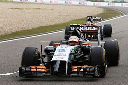 Sergio Perez, Sahara Force India F1 VJM07 e companheiro Nico Hulkenberg, Sahara Force India F1 VJM07 vêm para o grid.
