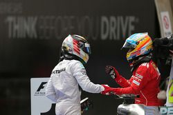 Lewis Hamilton, Mercedes AMG F1 Team, und Fernando Alonso, Scuderia Ferrari