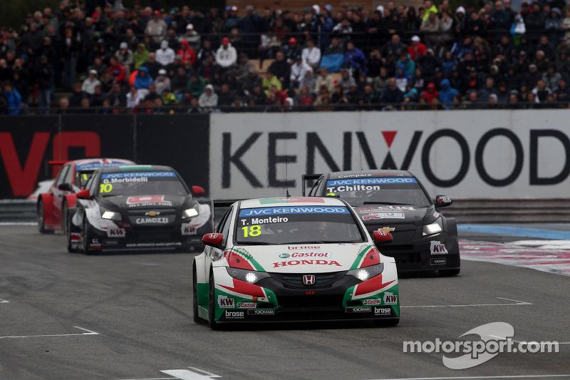Tiago Monteiro, Honda Civic WTCC, Castrol Honda WTCC team davanti a Tom Chilton, Chevrolet Cruze RML TC1, ROAL Motorsport