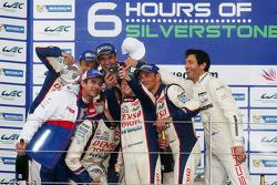 Vencedores da corrida Anthony Davidson, Nicolas Lapierre, Alexander Wurz, Stéphane Sarrazin, Kazuki