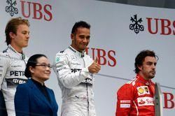 Podium: Sieger Lewis Hamilton mit Nico Rosberg und Fernando Alonso