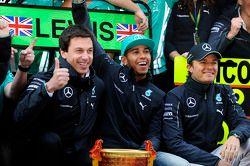 Toto Wolff, Mercedes, Motorsportchef; 1. Lewis Hamilton, Mercedes AMG F1; 2. Nico Rosberg, Mercedes