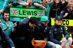 Toto Wolff, Mercedes AMG F1-aandeelhouder en Executive Director; racewinnaar Lewis Hamilton, Mercedes AMG F1 en tweede plaats Nico Rosberg, Mercedes AMG F1, vieren feest met het team