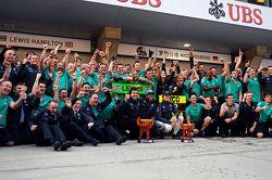 1. Lewis Hamilton, Mercedes AMG F1, und 2. Nico Rosberg, Mercedes AMG F1, feiern mit dem Team