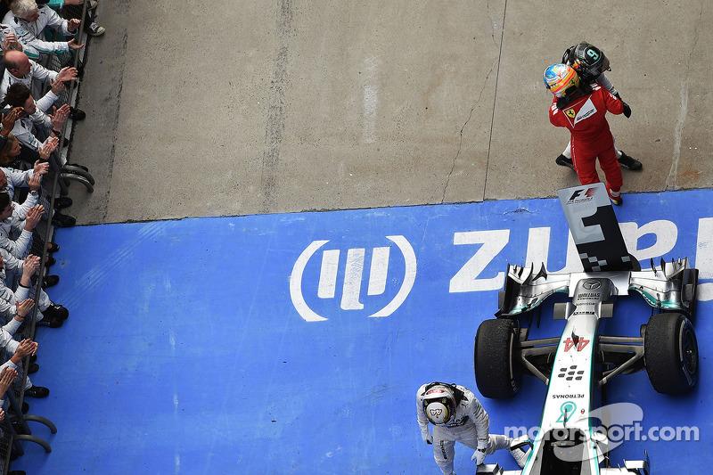 Segundo lugar de Nico Rosberg, de Mercedes AMG F1 celebra con el tercer puesto Fernando Alonso, Ferrari en parc ferme