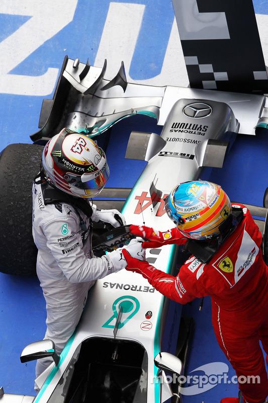 Vencedor da corrida Lewis Hamilton, Mercedes AMG F1 W05 celebra no parc ferme com Fernando Alonso, Ferrari
