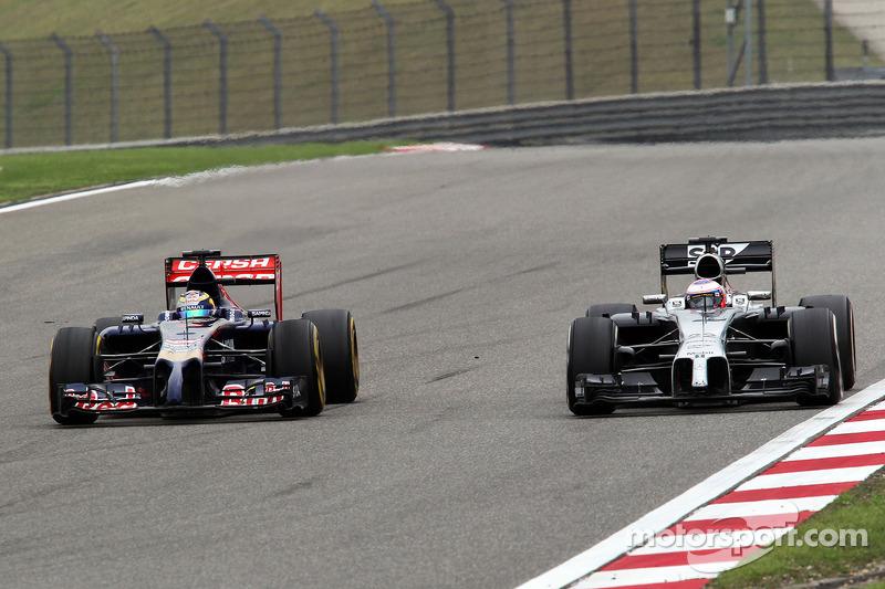 Jenson Button, McLaren MP4-29 e Jean-Eric Vergne,  Scuderia Toro Rosso STR9 lottano per la posizione