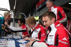 Mark Webber, Brendon Hartley e Timo Bernhard