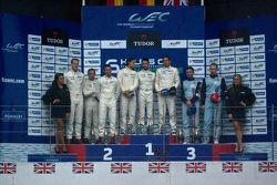 Pódio da LM GTE: vencedores: Marco Holzer, Frederic Makowiecki e Richard Lietz; segundo lugar: Patri