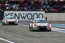 Tiago Monteiro, Honda Civic WTCC, Castrol Honda WTCC Team leads Gabriele Tarquini, Honda Civic WTCC,
