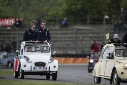 Parade des pilotes en Citroën 2CV