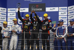 Pódio da LM P2 pódio: vencedores: Roman Rusinov, Olivier Pla, Julien Canal; segundo lugar: Matthew H