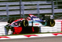 Rubens Barrichello beleeft een zware crash op de vrijdag voor de Grand Prix van San Marino van 1994.