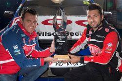 Jason Bright en Fabian Coulthard met de Jason Richards Memorial Trophy