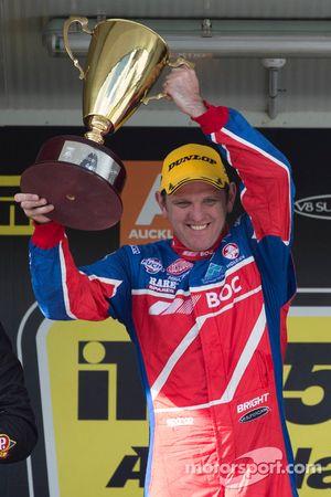 Il vincitore della gara Jason Bright, pilota del team BOC Racing