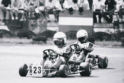 Айртон Сенна (позади) преследует Терри Фуллертона (впереди) на гонке в Лидо-ди-Езоло
