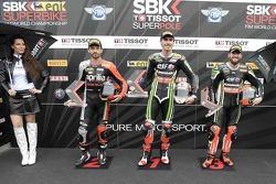 Ganador de la superpole Loris Baz, el segundo lugar Sylvain Guintoli y el tercer lugar Tom Sykes