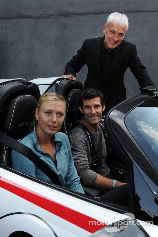 Stella del Tennis Maria Sharapova con Mark Webber e Mattias Muller, presidente di Porsche