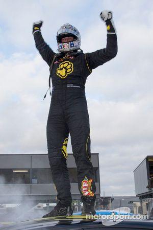 Il vincitore della gara Shane van Gisbergen, pilota del team Tekno Team VIP