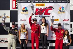 GT组领奖台:比赛获胜者安东尼·拉萨罗,第二名强尼·奥康奈尔,第三名尼克·曼库索