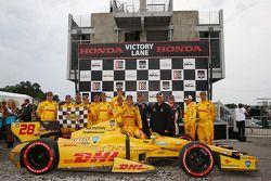 Il vincitore della gara Ryan Hunter-Reay, pilota del team Andretti Autosport Honda