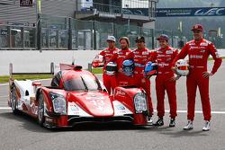 Rebellion R-One车队,展示其制服,和车手们Mathias Beche, 尼克·海费尔德, 尼古拉斯·普罗斯特, Fabio Leimer,和Dominik Kraihamer