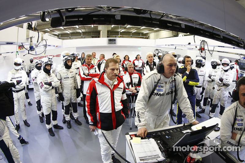 El equipo de Porsche mira