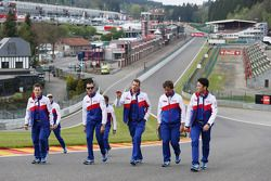 Anthony Davidson, Stéphane Sarrazin, Alexander Wurz e Kazuki Nakajima cammina nel circuito