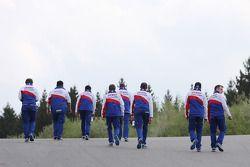 Het Toyota team loopt het circuit