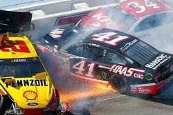 Accident de Joey Logano, Team Penske Ford, Kurt Busch, Stewart-Haas Racing Chevrolet, David Ragan, F