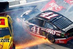 Accident de Joey Logano, Team Penske Ford, Kurt Busch, Stewart-Haas Racing Chevrolet, David Ragan, Front Row Motorsports Ford
