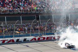 Il vincitore della gara Denny Hamlin su Toyota del team Joe Gibbs Racing