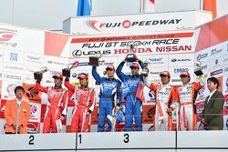 GT500 podium: winnaars Hironobu Yasuda, Joao Paulo de Oliveira, tweede plaats Yuji Tachikawa, Kohei