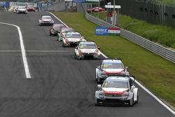 Yvan Muller, Citroen C-Elysee WTCC, Citroen Total WTCC leads Jose Maria Lopez, Citroen C-Elysee WTCC