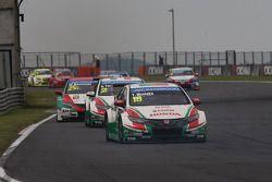 Tiago Monteiro, Honda Civic WTCC, Castrol Honda WTCC Team devant Gabriele Tarquini, Honda Civic WTCC
