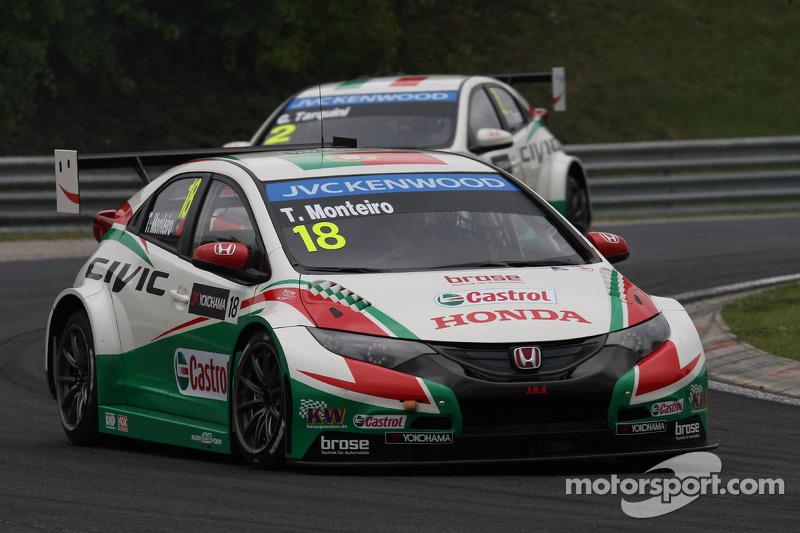 Tiago Monteiro, Honda Civic WTCC, Castrol Honda WTCC team davanti a Gabriele Tarquini, Honda Civic WTCC, Castrol Honda WTCC team