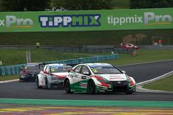 Gabriele Tarquini, Honda Civic WTCC, Castrol Honda WTCC team davanti a Sébastien Loeb, Citroen C-Elysee WTCC, Citroen Total WTCC