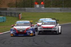 Tom Coronel, Chevrolet RML Cruze TC1, Roal Motorsport leads Yvan Muller, Citroen C-Elysee WTCC, Citr