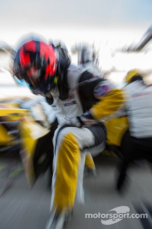 Oliver Gavin oefent rijderswissel