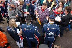 United Autosport, ames Cole e Glynn Geddie firmano autografi