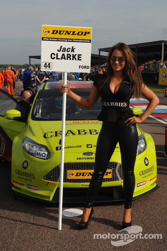 grid girl da Crabbies Racing