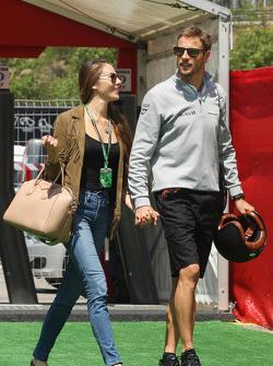 Jenson Button, McLaren con su novia Jessica Michibata