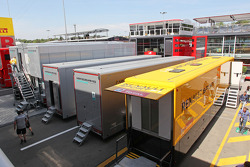 Renault F1 Sport y Mercedes AMG F1 en el paddock