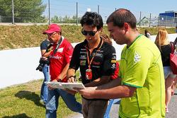 Sergio Pérez, Sahara Force India F1 firma de autógrafos para los fans