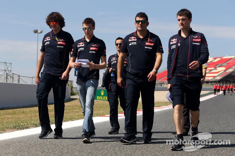 Даниил Квят обходит трассу «Каталунья» перед Гран При Испании-2014 вместе со своим инженером Марко Матассой (слева) и другими сотрудниками команды Toro Rosso. Сейчас Матасса работает в Ferrari