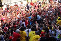 Fernando Alonso, Ferrari takes a 'selfie' with fans in the pits