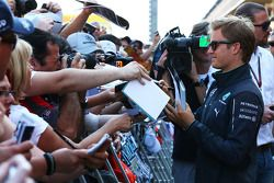 Nico Rosberg, Mercedes AMG F1 signs autographs for the fans in the pits